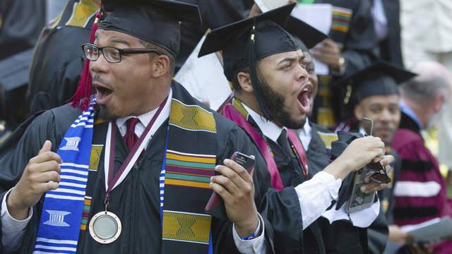 400 sinh viên Mỹ sửng sốt khi tỷ phú tuyên bố trả mọi khoản nợ học phí