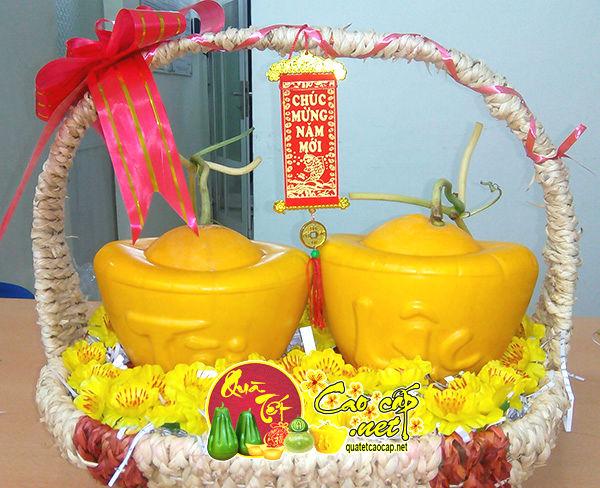 Người Sài Gòn 'săn' bưởi hồ lô, dưa thỏi vàng chưng Tết
